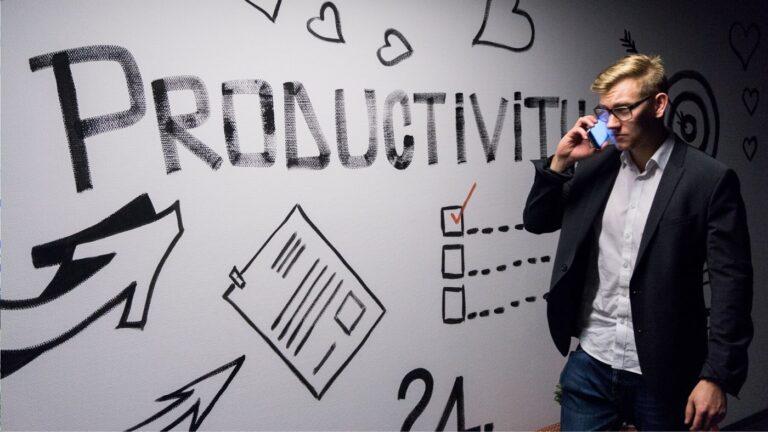 man voor bord waar productiviteit op staat